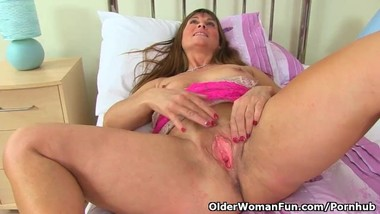 English milf Lelani gets ready for her black dildo